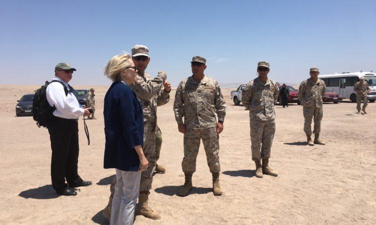 Embajadora de EE.UU. Carol Perez visita frente de trabajo de desminado en Arica